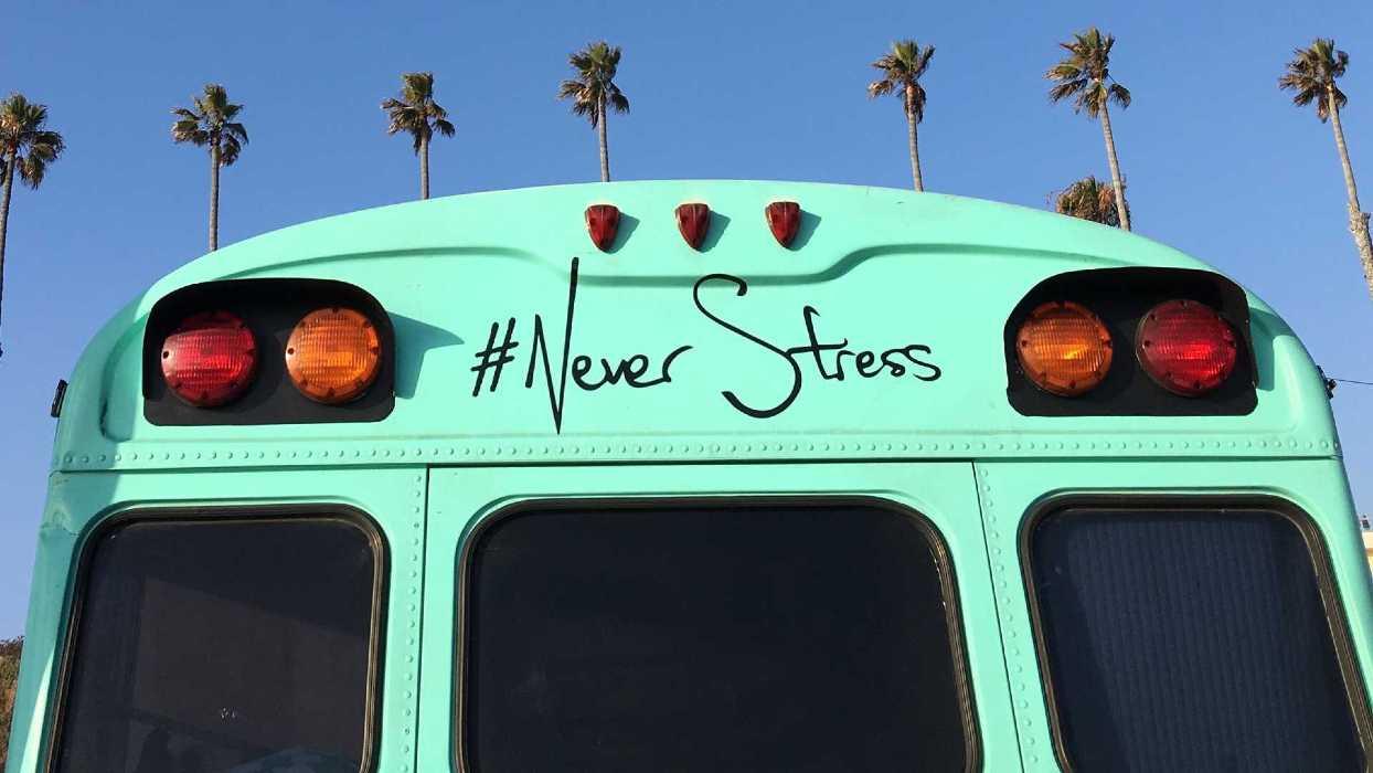 """Un bus vert avec comme slogan """"Never stress"""""""