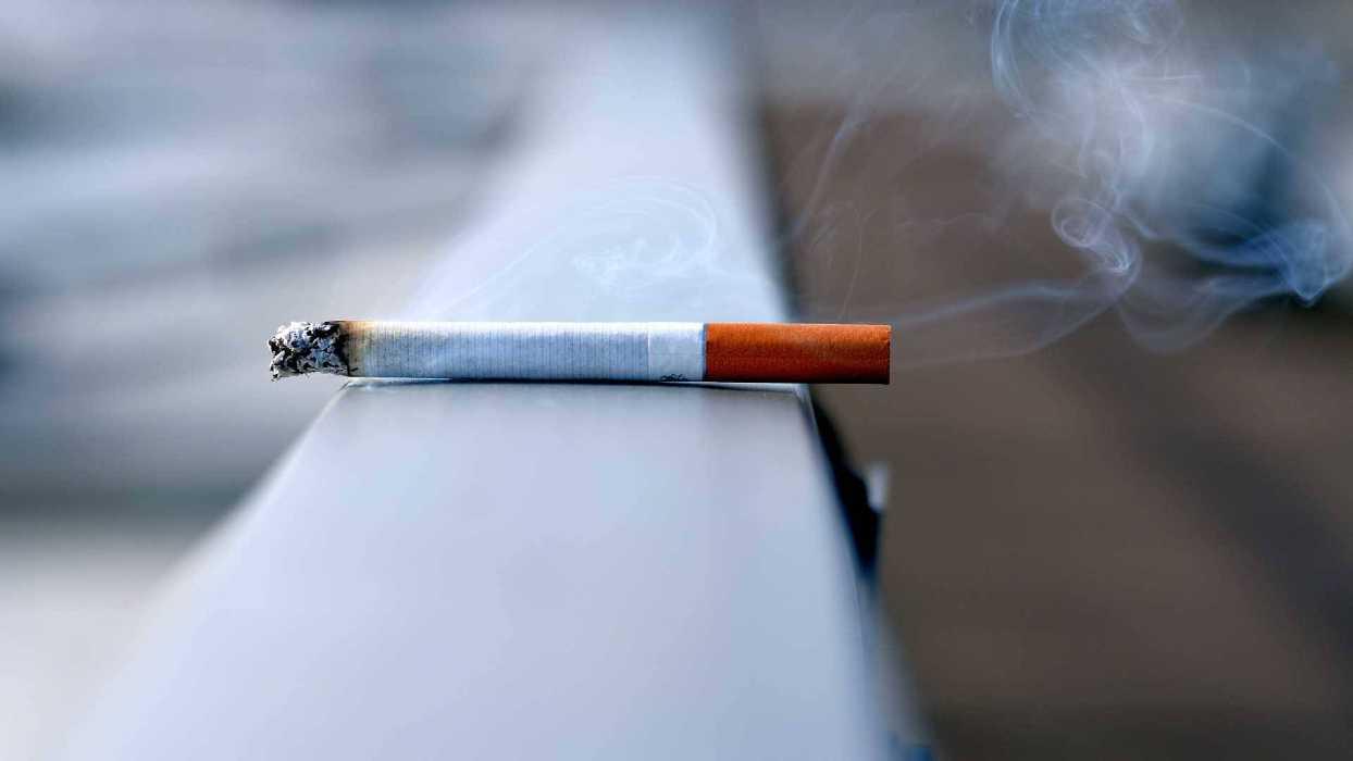 Une cigarette se consume seule