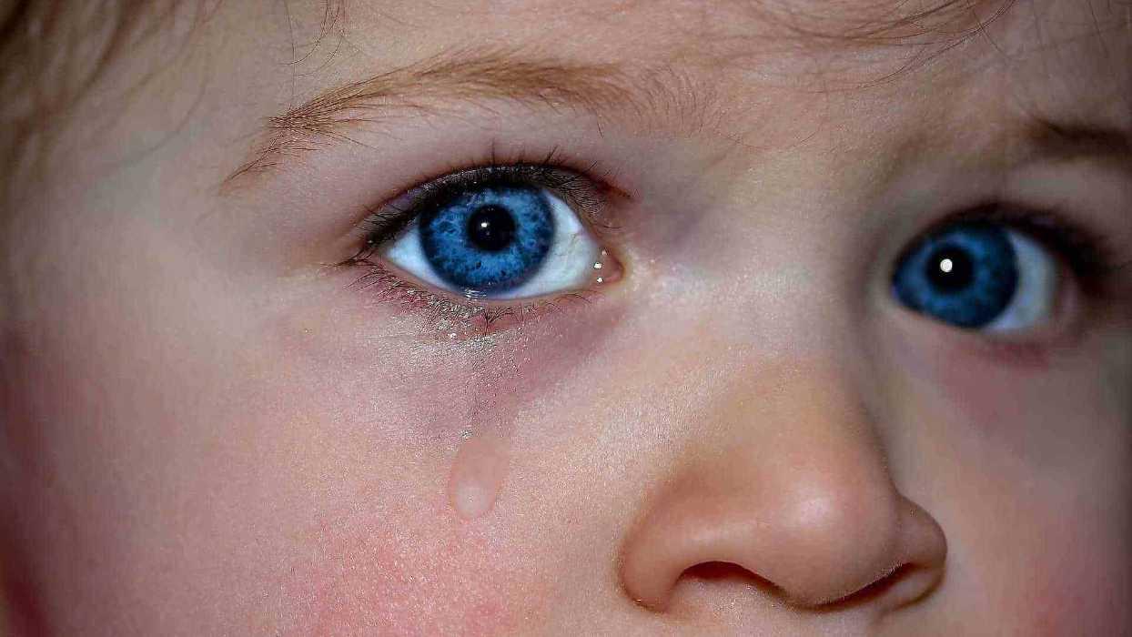 Un enfant a une larme à l'œil