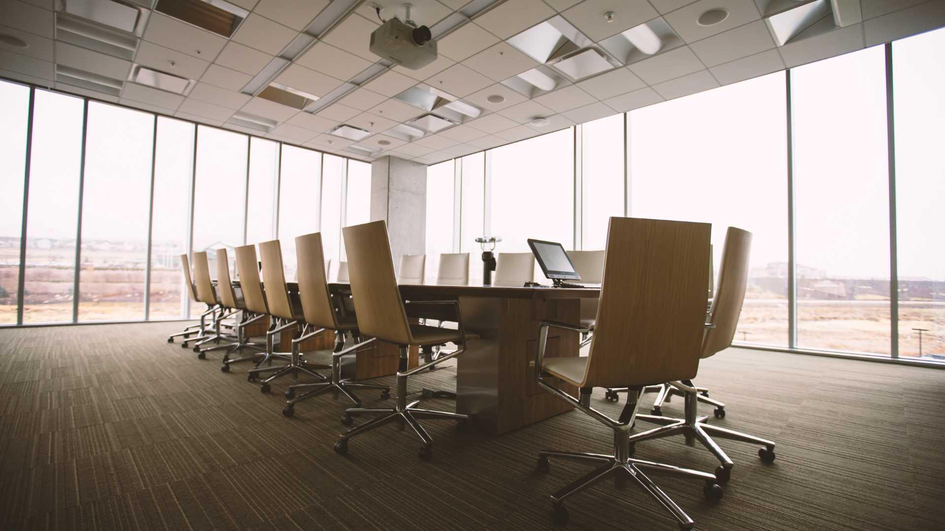 Une grande salle de réunion avec de grandes baies vitrées